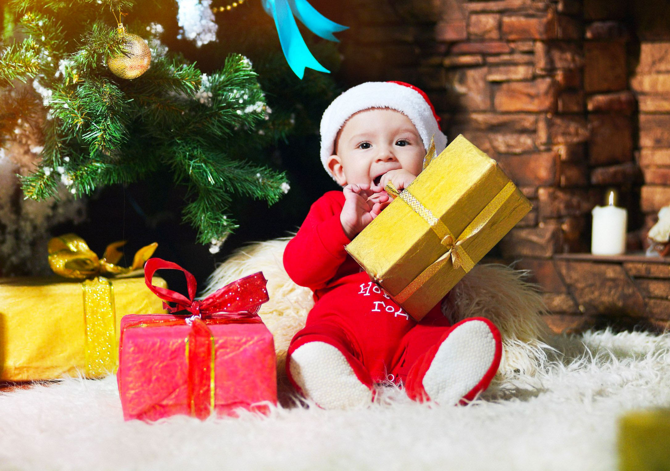 Ребёнок с новогодним подарком