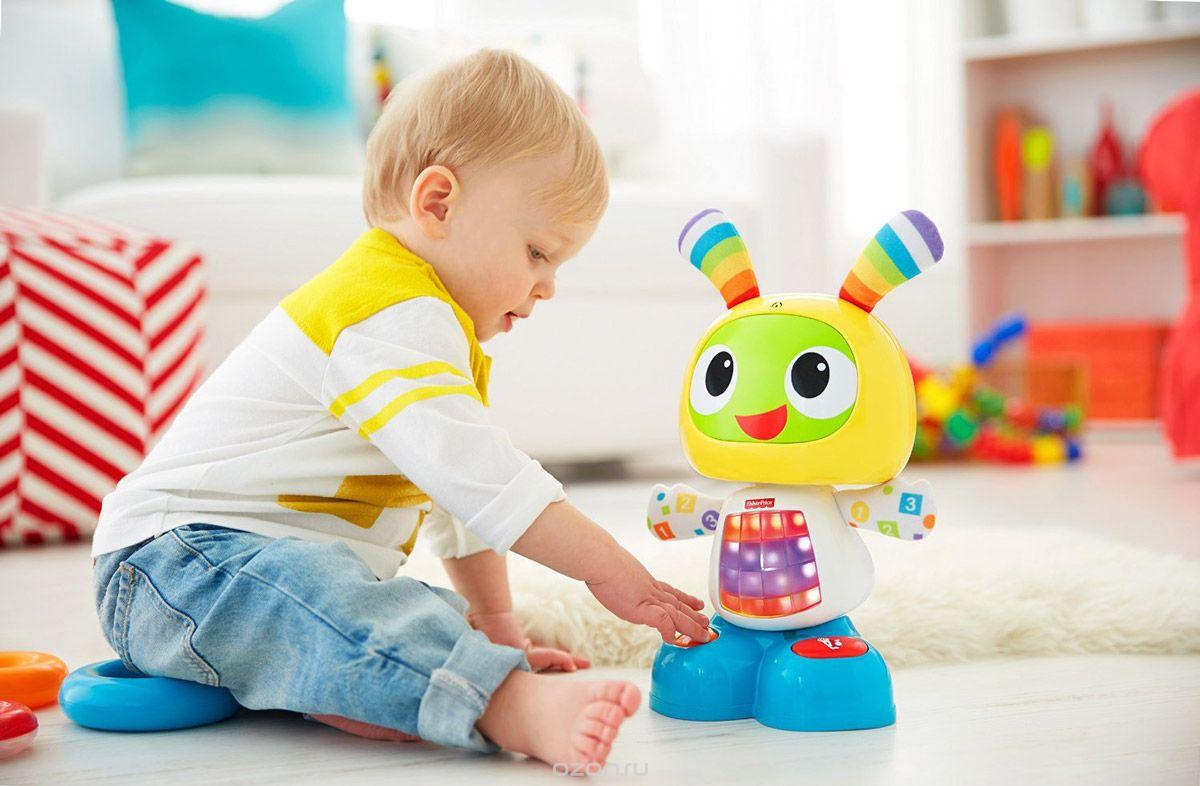 Малыш с современной игрушкой