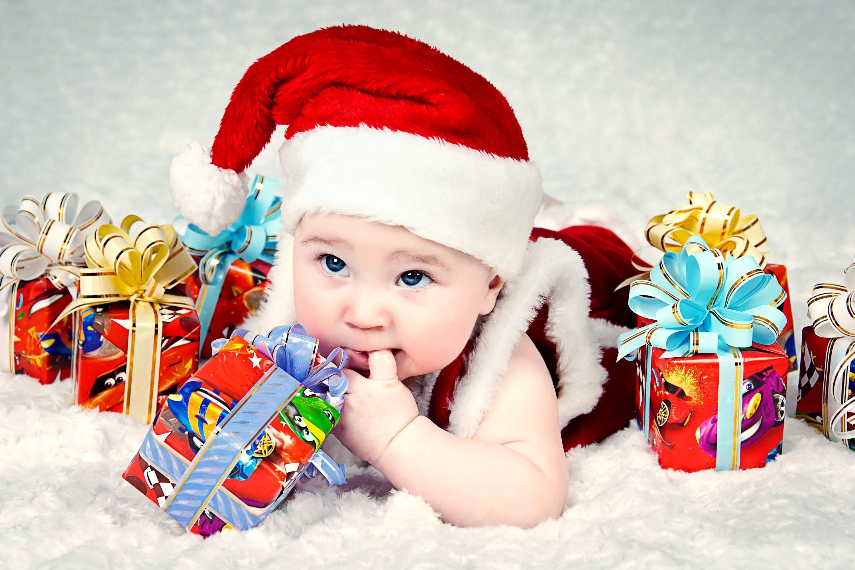 Ребенок с новогодними подарками 1