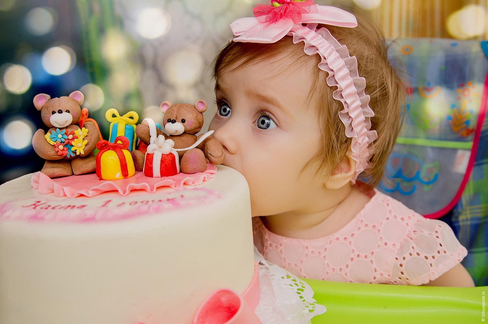 Малышка ест торт