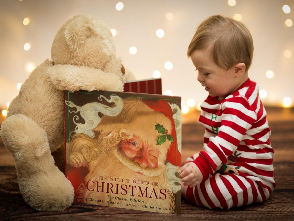 Ребенок с новогодней книгой