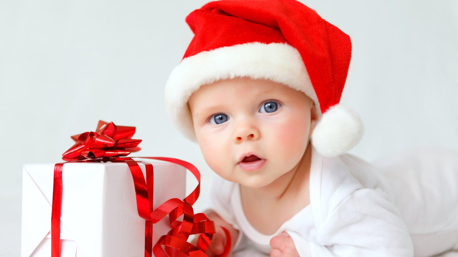 Малыш и коробка с подарком