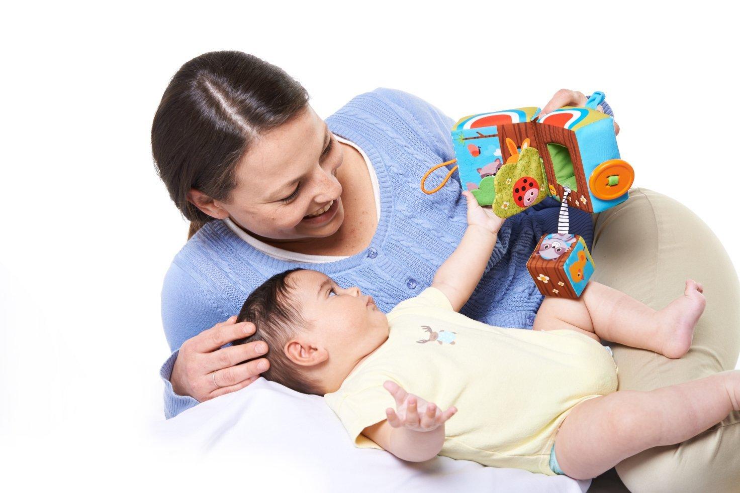 Малыш с мамой и игрушкой