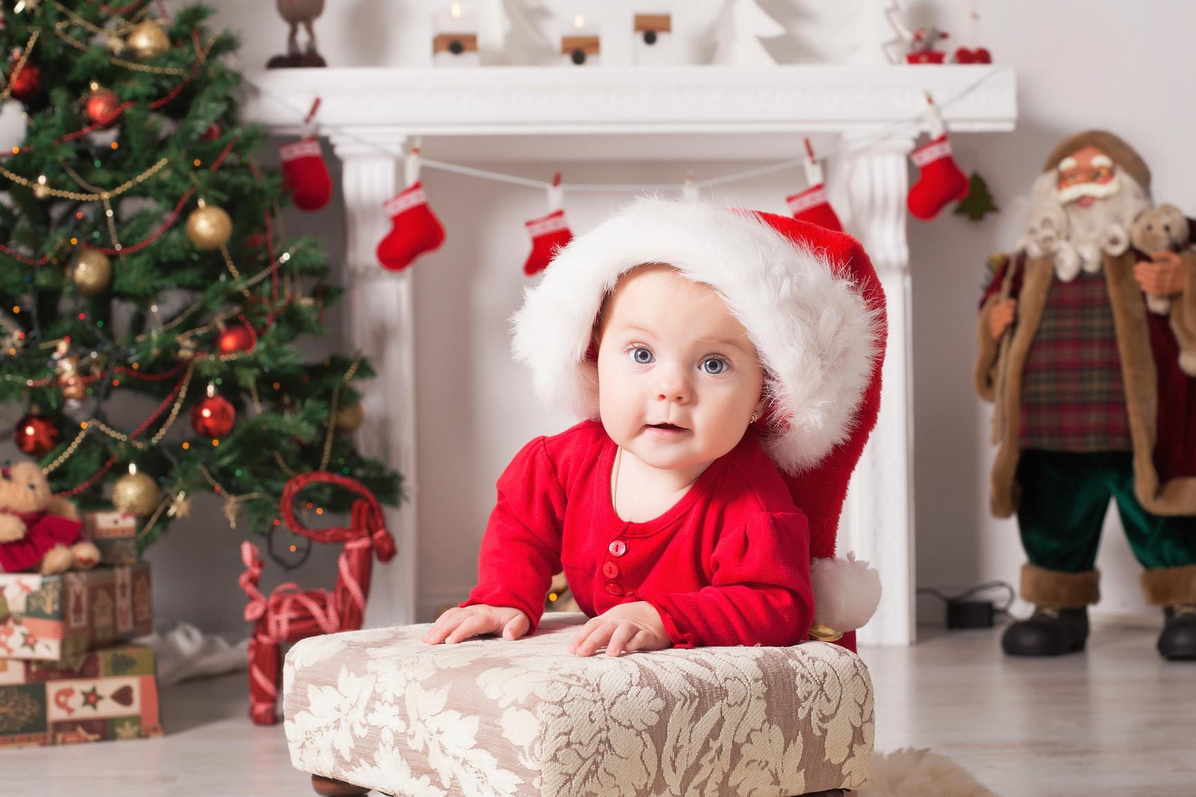 Ребенок у новогоднего камина