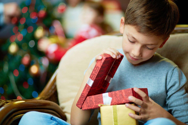 Мальчик с подарком