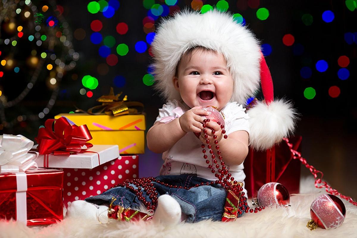 Малышка с новогодними украшениями