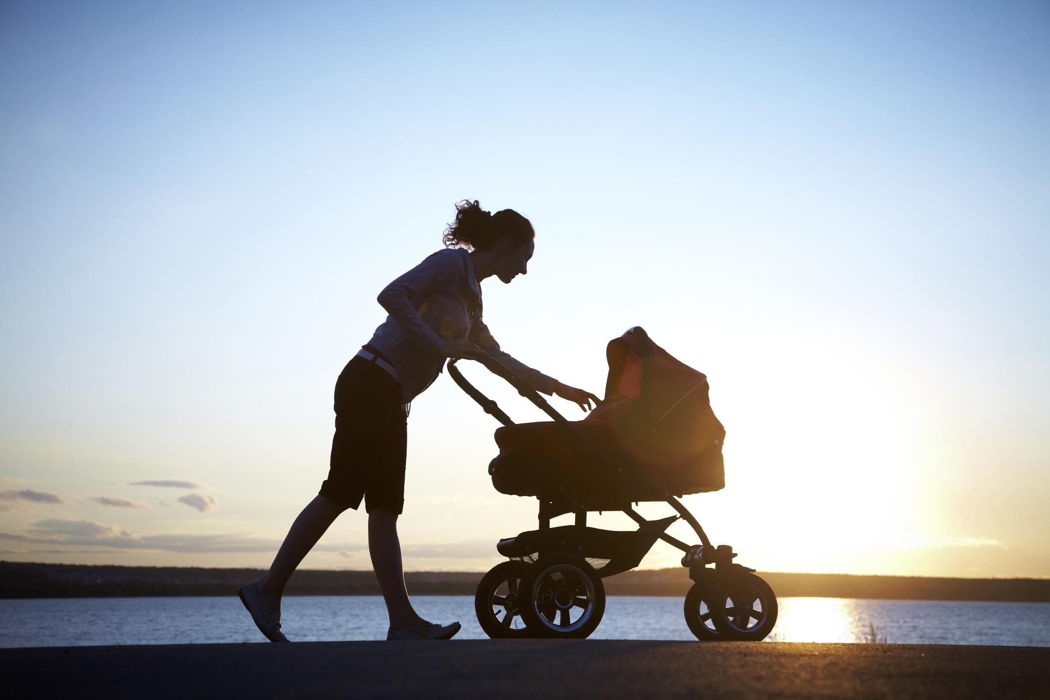 Мама с коляской на закате