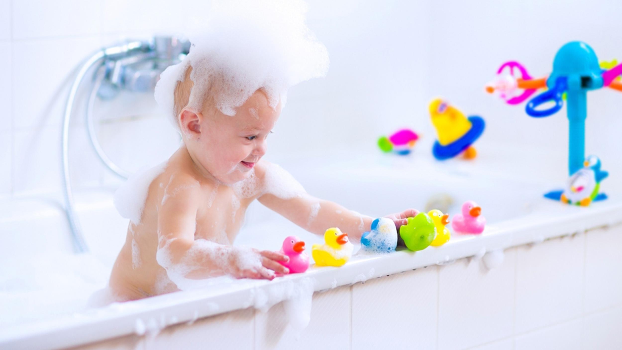 Малыш играет в ванне