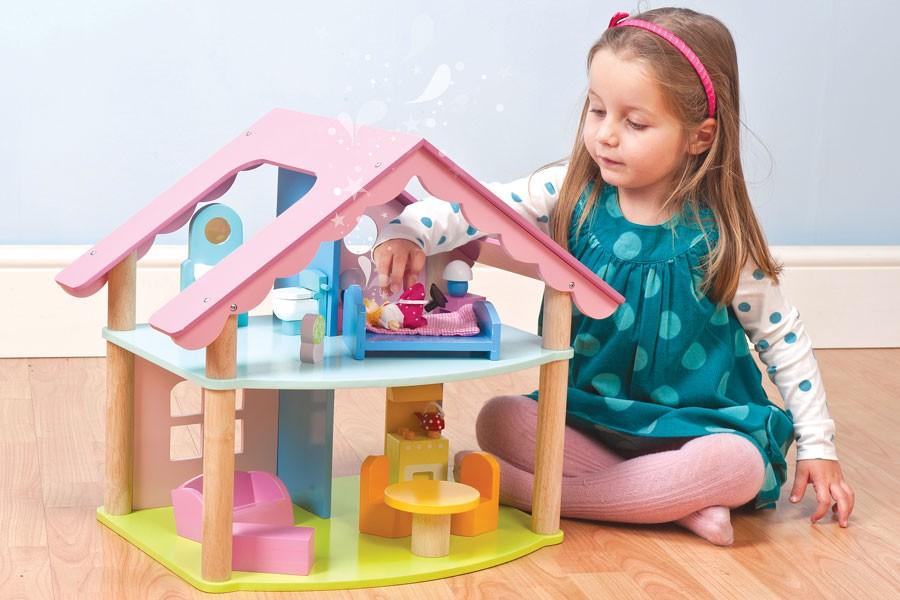 Девочка и кукольный домик