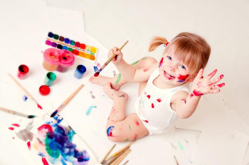 Девочка с красками