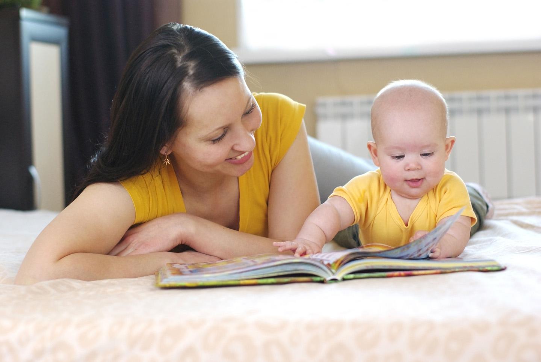 Мама и малыш с книгой