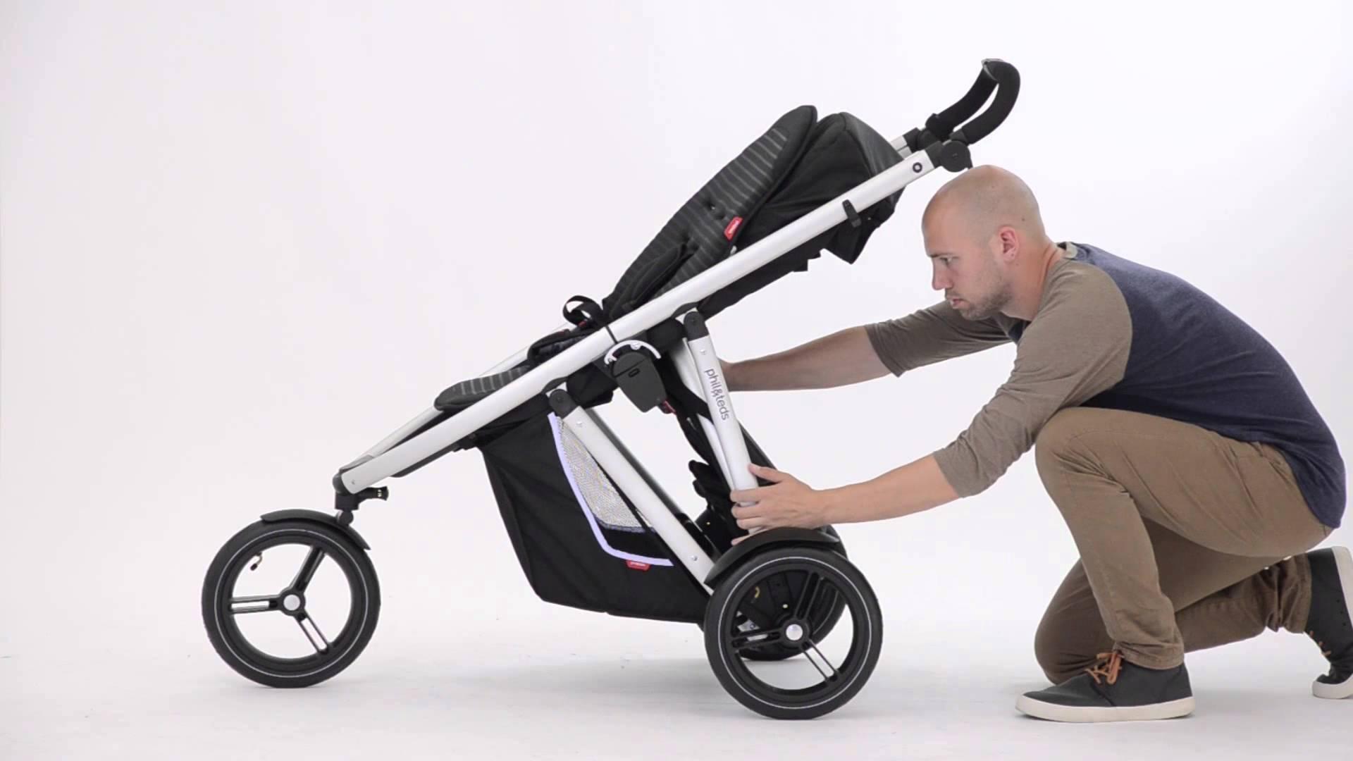 Папа складывает коляску