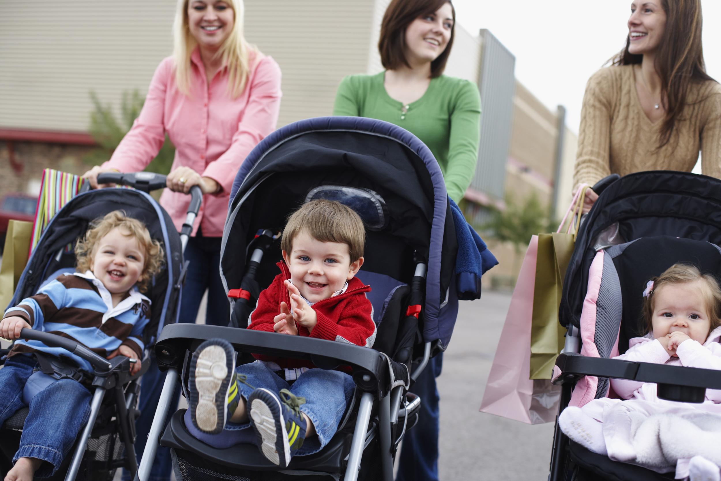 Малыши в прогулочных колясках
