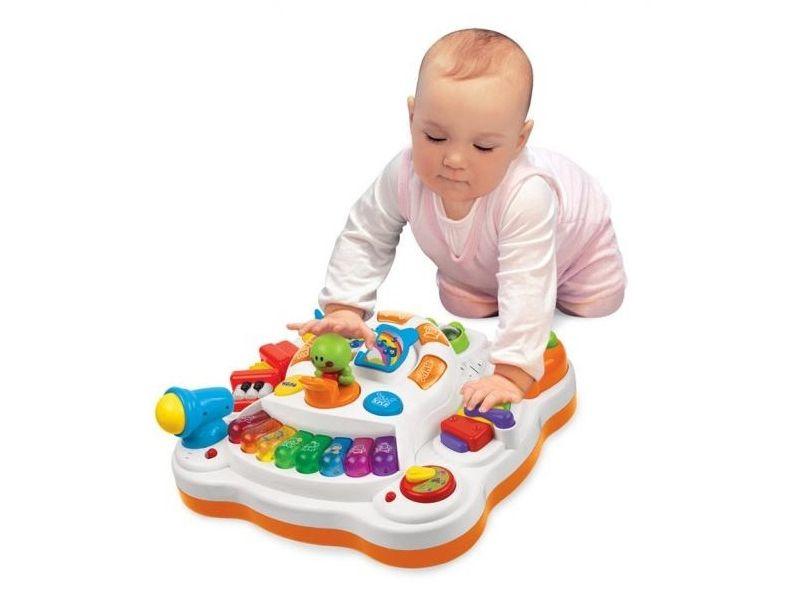 Малышка с электронной игрушкой