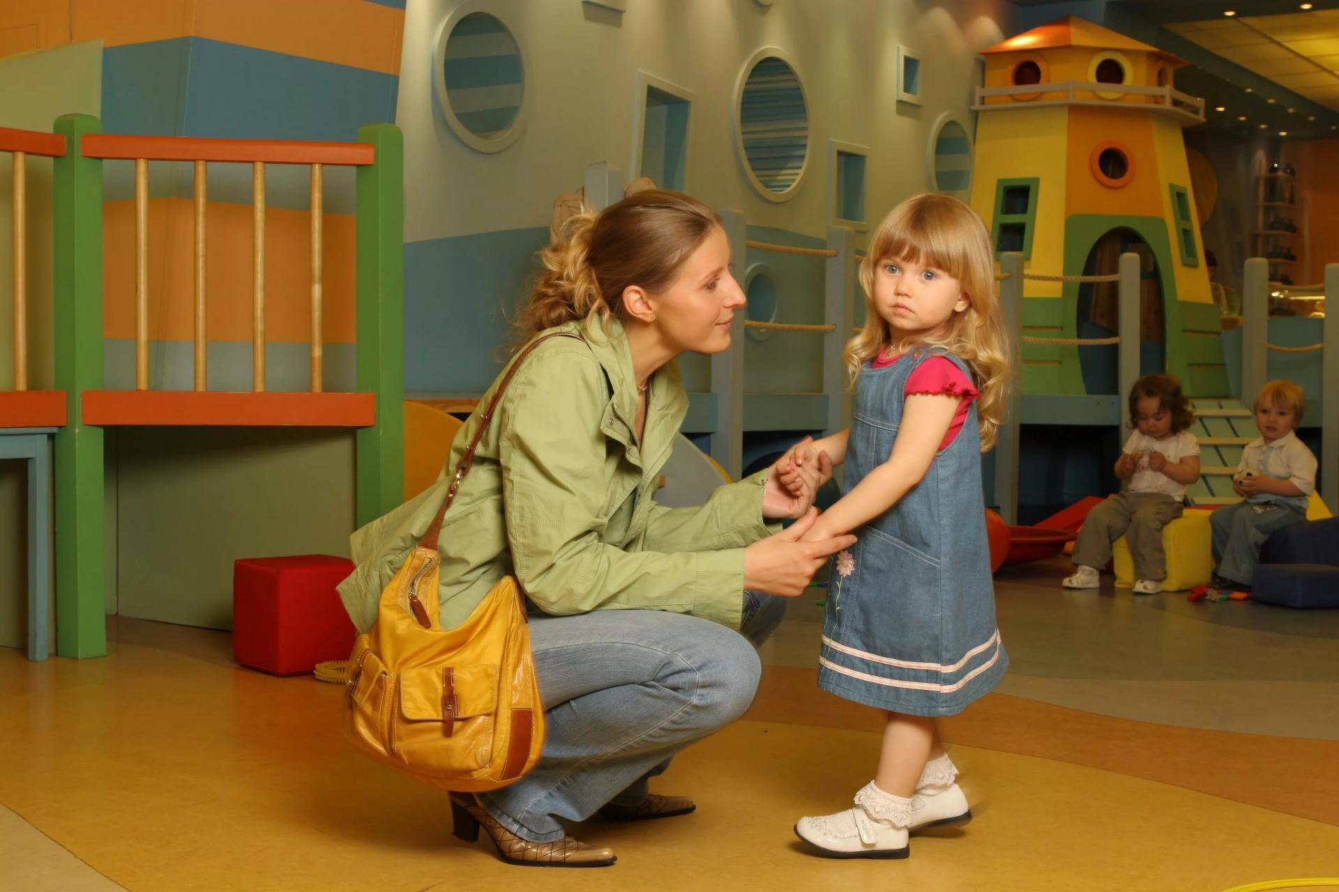Ребенок с мамой в садике