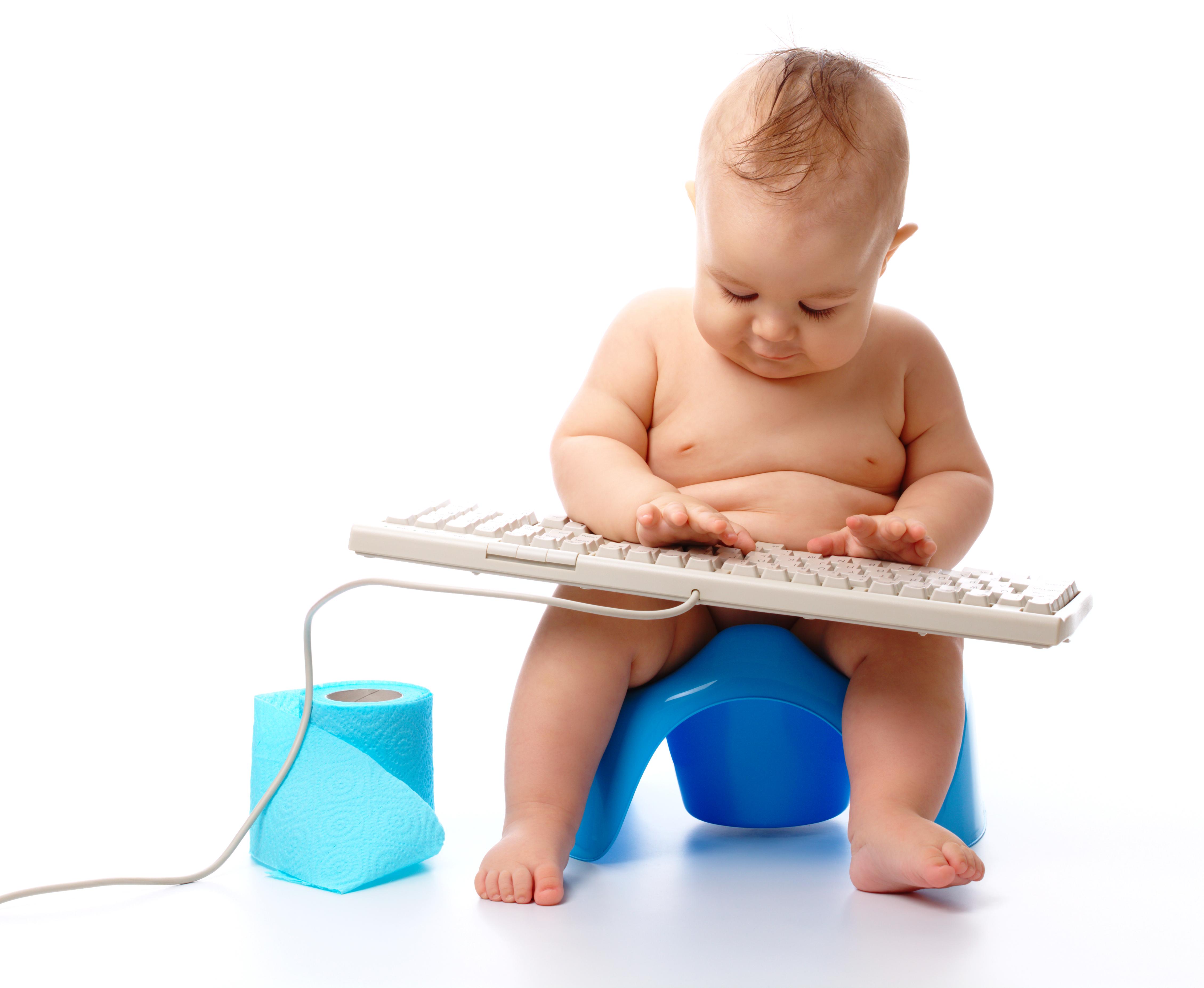 Малыш играет на горшке